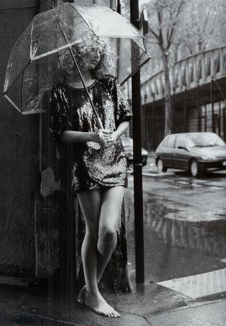 Девушка под дождём фото