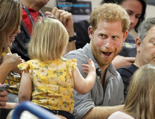 Девочка таскает попкорн у принца