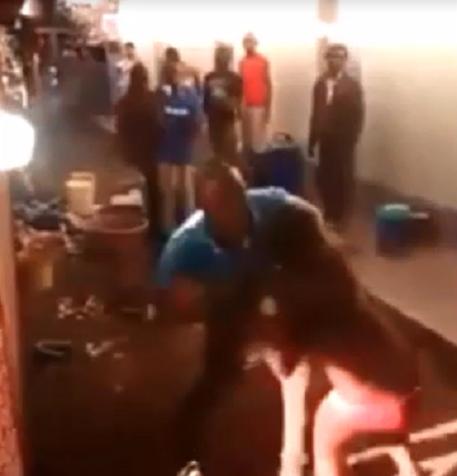Африканский муж воспитывает жену